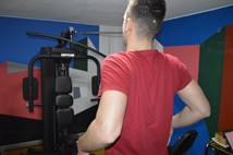 Εάν θέλετε να κάνετε την άσκηση πιο αποδοτική, κρατείστε ανάμεσα στα χέρια σας τεντωμένο ένα λάστιχο, ή μία ταινία askisi17